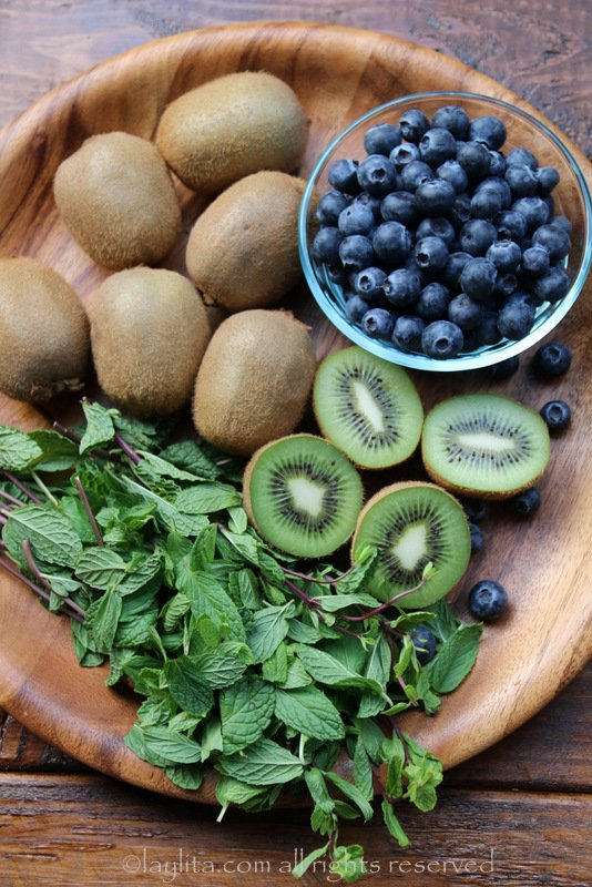 Kiwis, arandanos y hojas de menta o hierba buena para mojitos