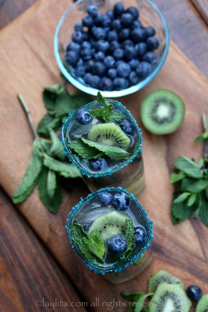 Cocteles mojito con arandanos (blueberry) y kiwi