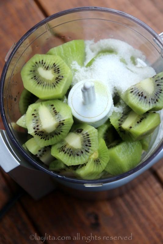 Ponga los kiwis, el jugo de limon y azucar en un procesador de alimentos (o licuadora) con el azúcar y el jugo de limón