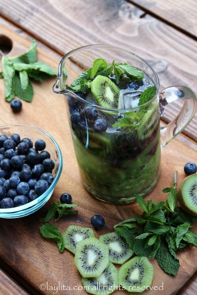 Como hacer mojitos de frutas: kiwi y arandanos