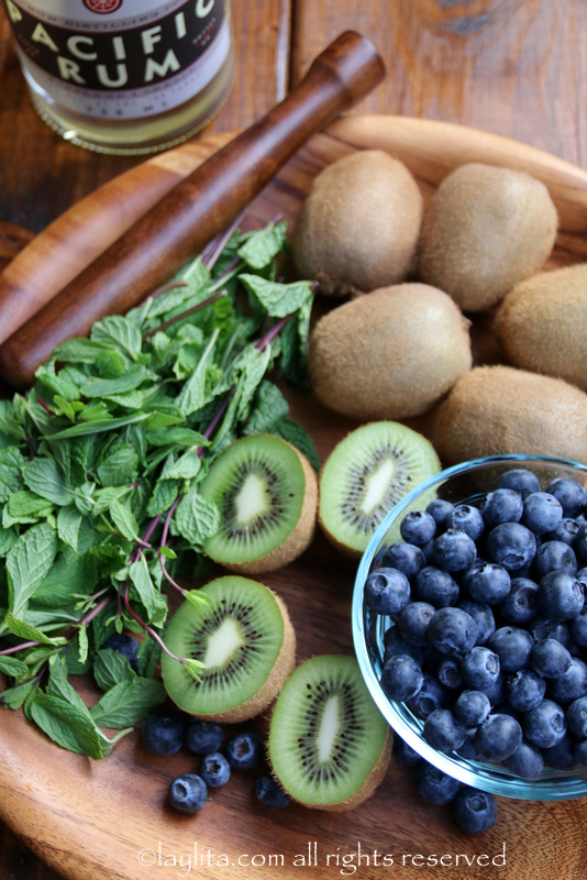 Ingredientes para mojitos de arándanos y kiwi