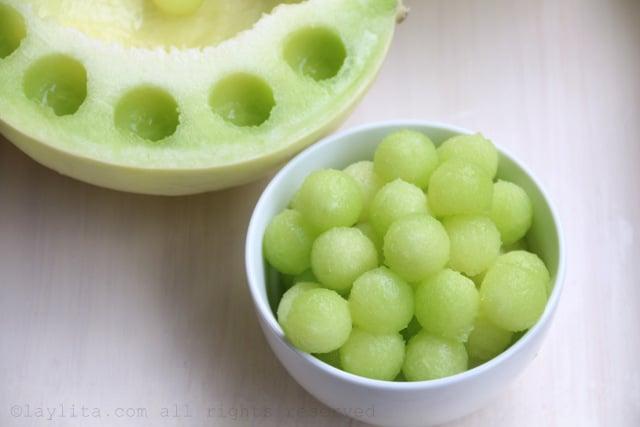 Use um boleador de melão para fazer as bolinhas com a polpa das frutas.