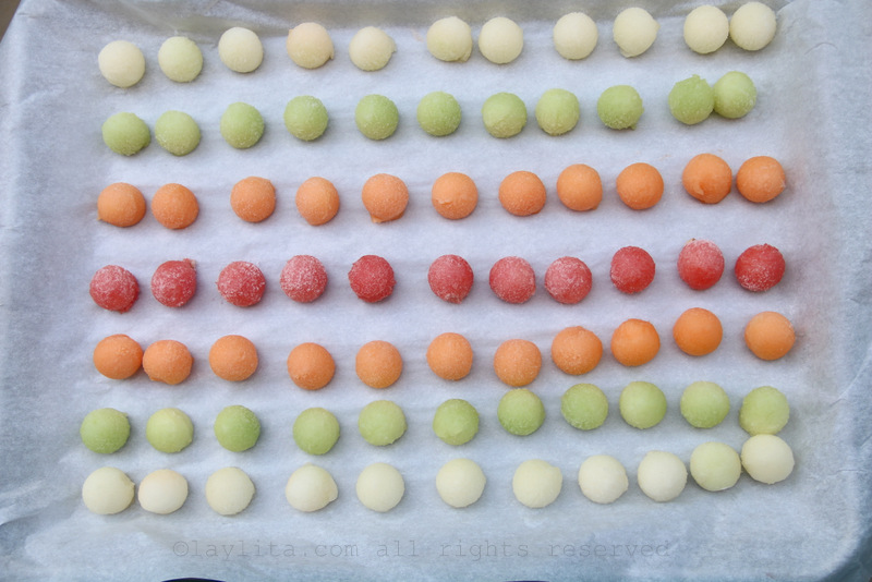 Congele as bolinhas de melão e melancia por algumas horas ou até endurecerem