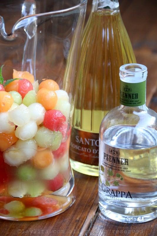 Mélanger les boules de melon avec miel, jus de citron vert et grappa