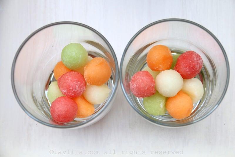 Servez avec des glaçons ou gelez quelques petites boules de melon