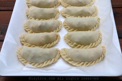 Preparando empanadas de camaron o langostino