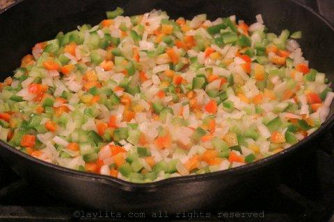 Cocinar la cebolla, pimientos dulces, y apio