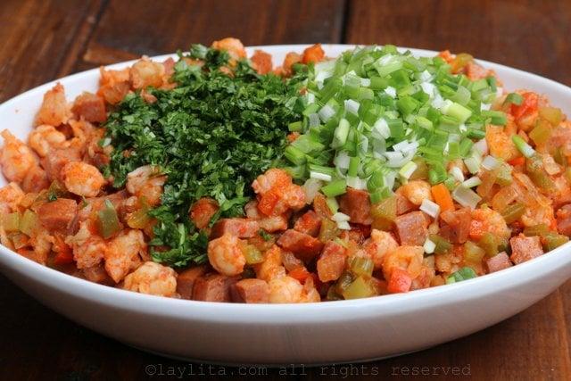 Agregar la cebolleta o cebollines verdes y el cilantro