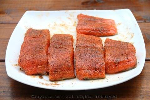 Frote el salmon con aceite y condimentos