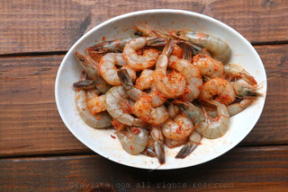 Marinate the shrimp with crushed garlic, annatto, salt and pepper