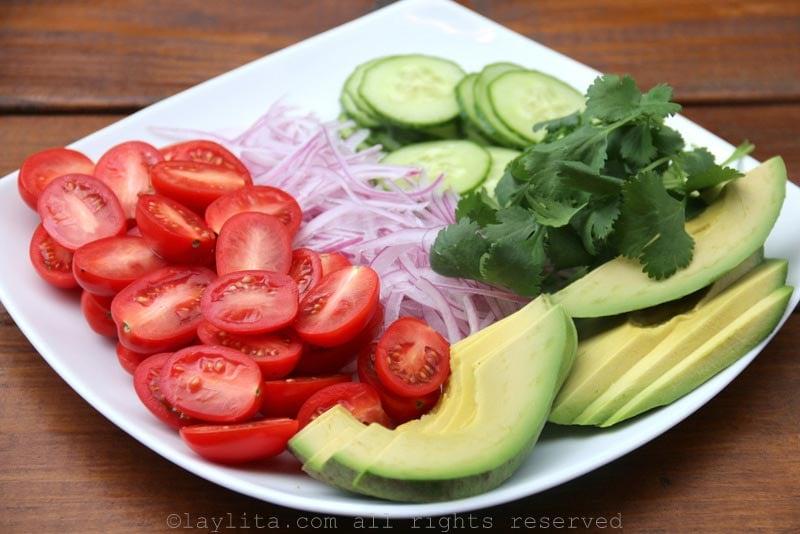 Aguacates, tomates, cebolla, pepino, y cilantro para la ensalada