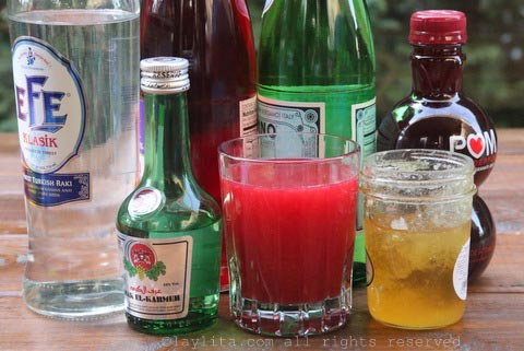 Arak, jugo de frutas, agua mineral, y miel