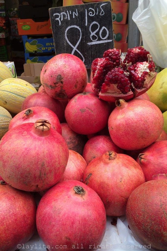 Magnifiques grenades sur le marché de Jérusalem