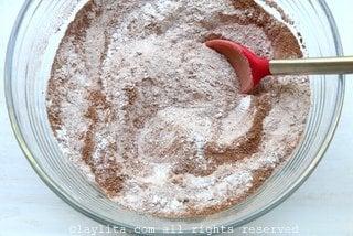 Mezclar la harina con el azucar, cacao en polvo, sal y bicarbonato