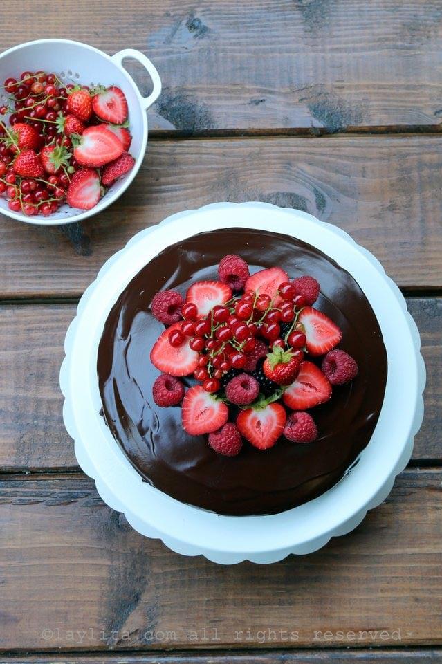 Pastel de chocolate con moras, frambuesas, fresas, y grosellas