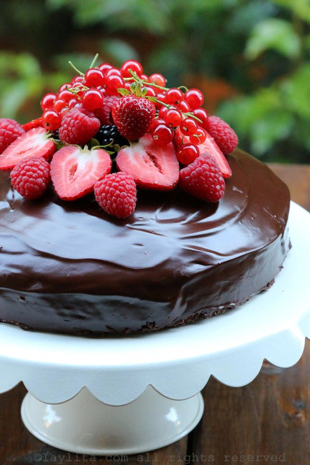 gâteau simple au chocolat avec fruits rouges