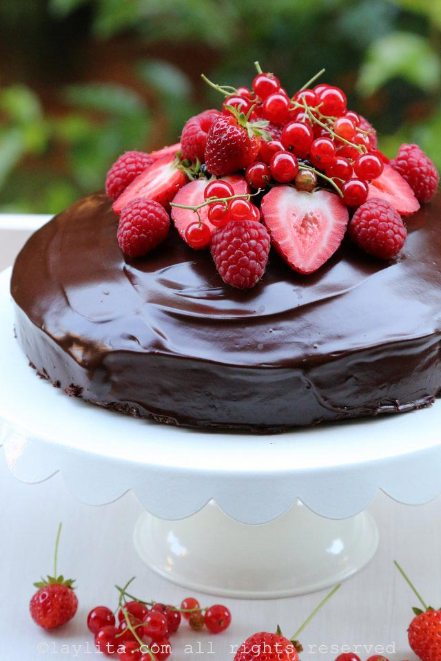 Simple chocolate cake with berries