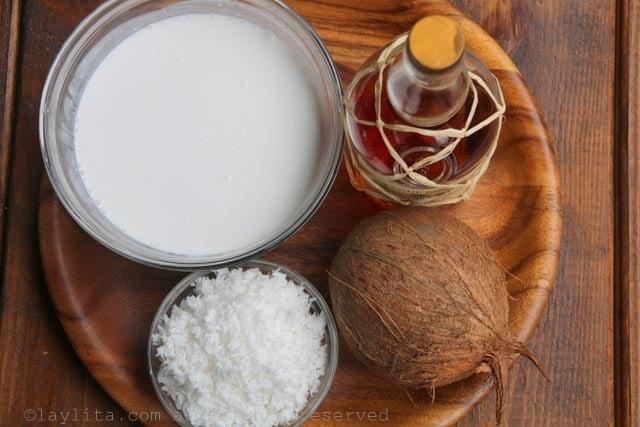 Ingredientes para preparar helado casero de coco y ron