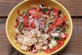 Preparando el ceviche de atun con tomate y cebolla curtida