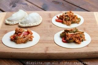Ajouter une portion appropriée de garniture sur le disque d'empanada