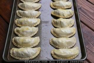 Pinte las empanadas con la mezcla de huevo batido antes de hornear