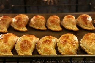 Hornee las empanadas a 400F/200C durante 18-20 minutos o hasta que queden doraditas.