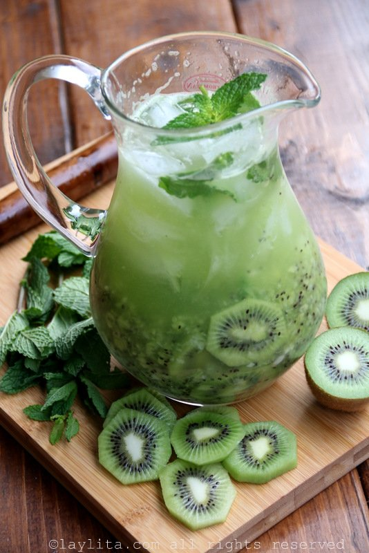 Kiwi mojito cocktails