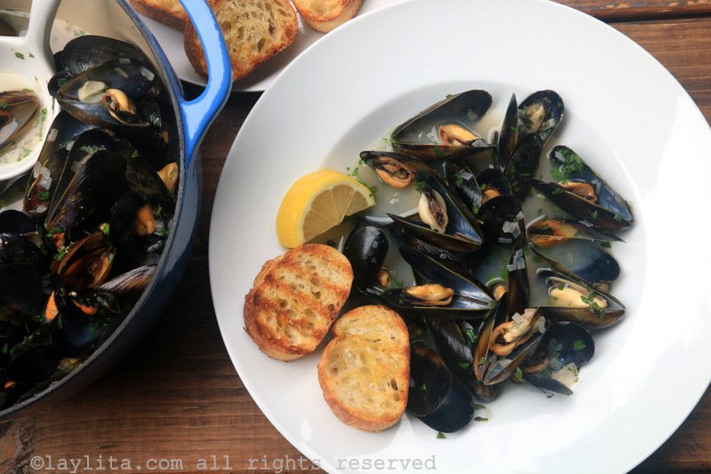 Mussels in white wine sauce {Mussells or Moules Marinière}