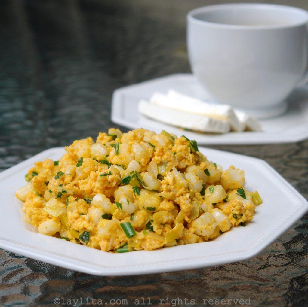 Hominy corn scrambled eggs - Ecuadorian mote pillo recipe