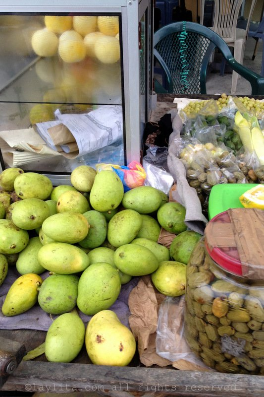 Green mangos and ciruelas or ovos with salt